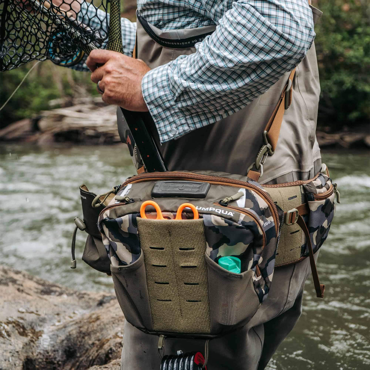 umpqua zs2 ledges 650 fly fishing waist pack on river with net easily removed