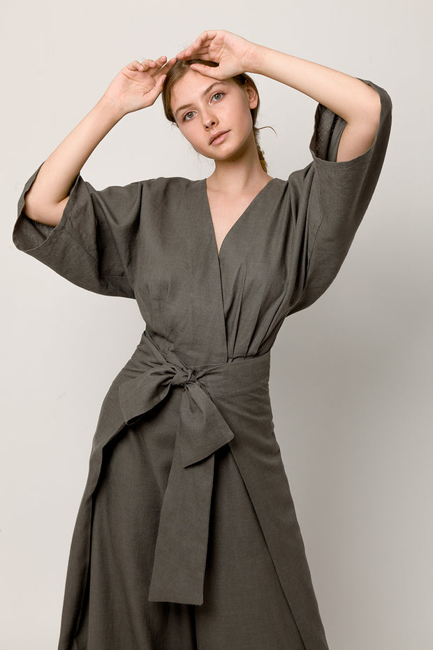 Model in total tiche look - Gray wrapover kimono top and gray pants