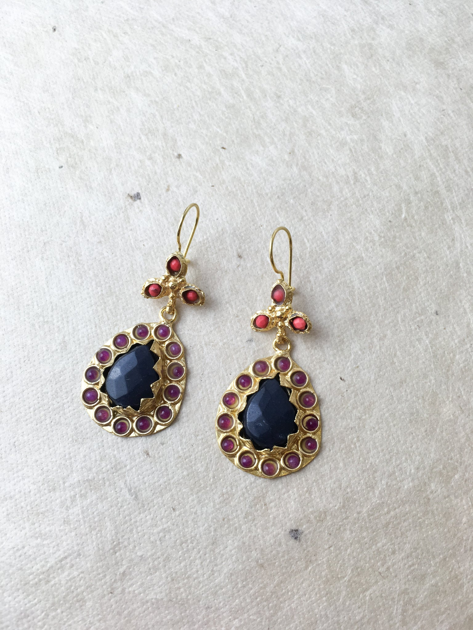 Ottoman Pendant earrings in Black and red 00-12