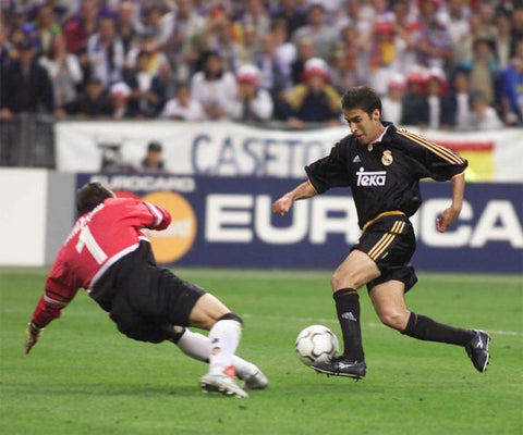 Spanish forward Raúl scores Real Madrid's 3rd goal in the 2000 Champions League Final.
