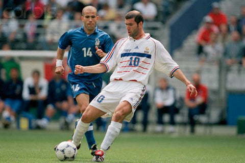 Zinedine Zidane passes the ball.