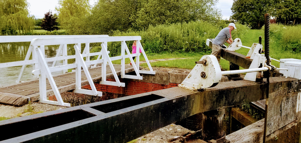 Operating one of the Caen Hill Locks, Devizes