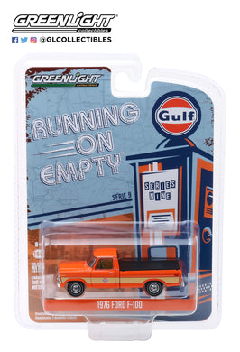 GreenLight 1:64 Running on Empty Series 9 - 1976 Ford F-100 with Bed Cover - Gulf Oil 41090-E