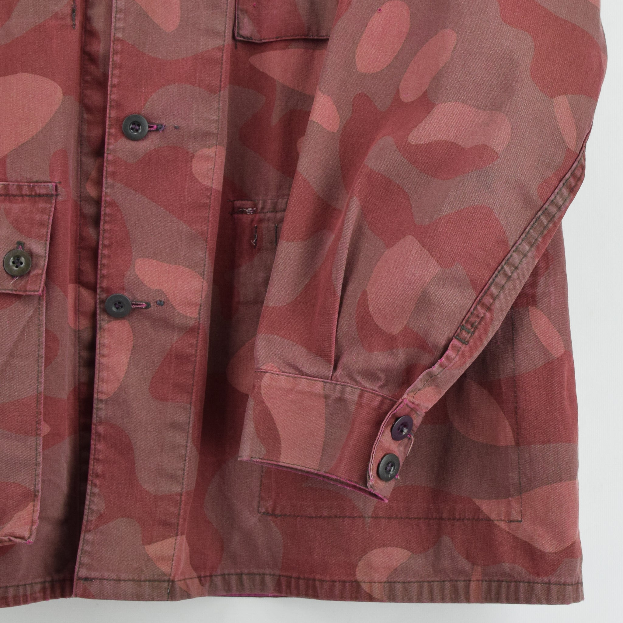 Vintage 70s Military Finnish Army Pink Overdyed Camo Mountain Field Jacket XL front hem