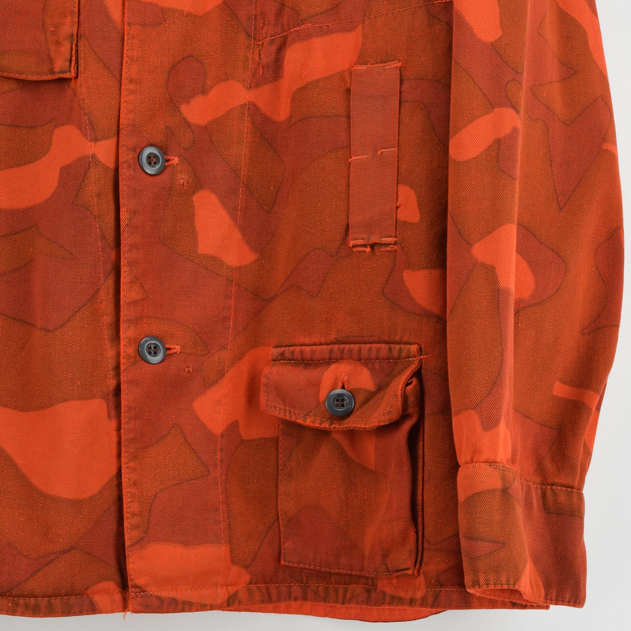 Vintage 60s Military Finnish Army Orange Overdyed Camo Mountain Field Jacket M front hem