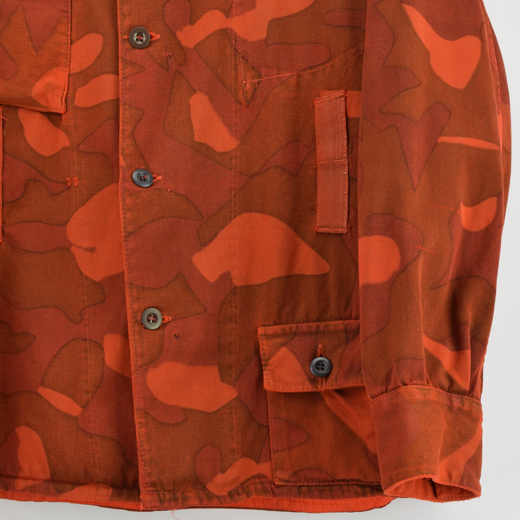 Vintage 60s Military Finnish Army Orange Overdyed Camo Mountain Field Jacket L front hem