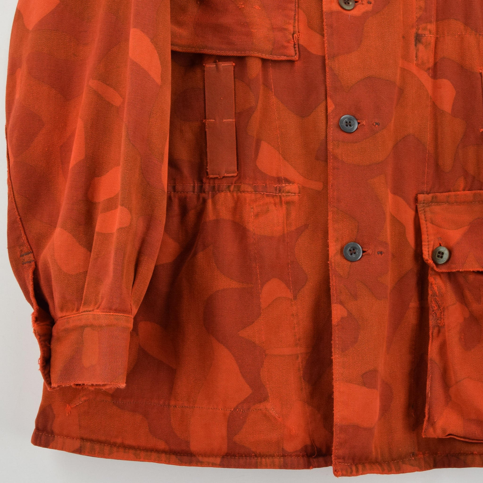 Vintage 70s Military Finnish Army Orange Overdyed Camo Mountain Field Jacket L front hem