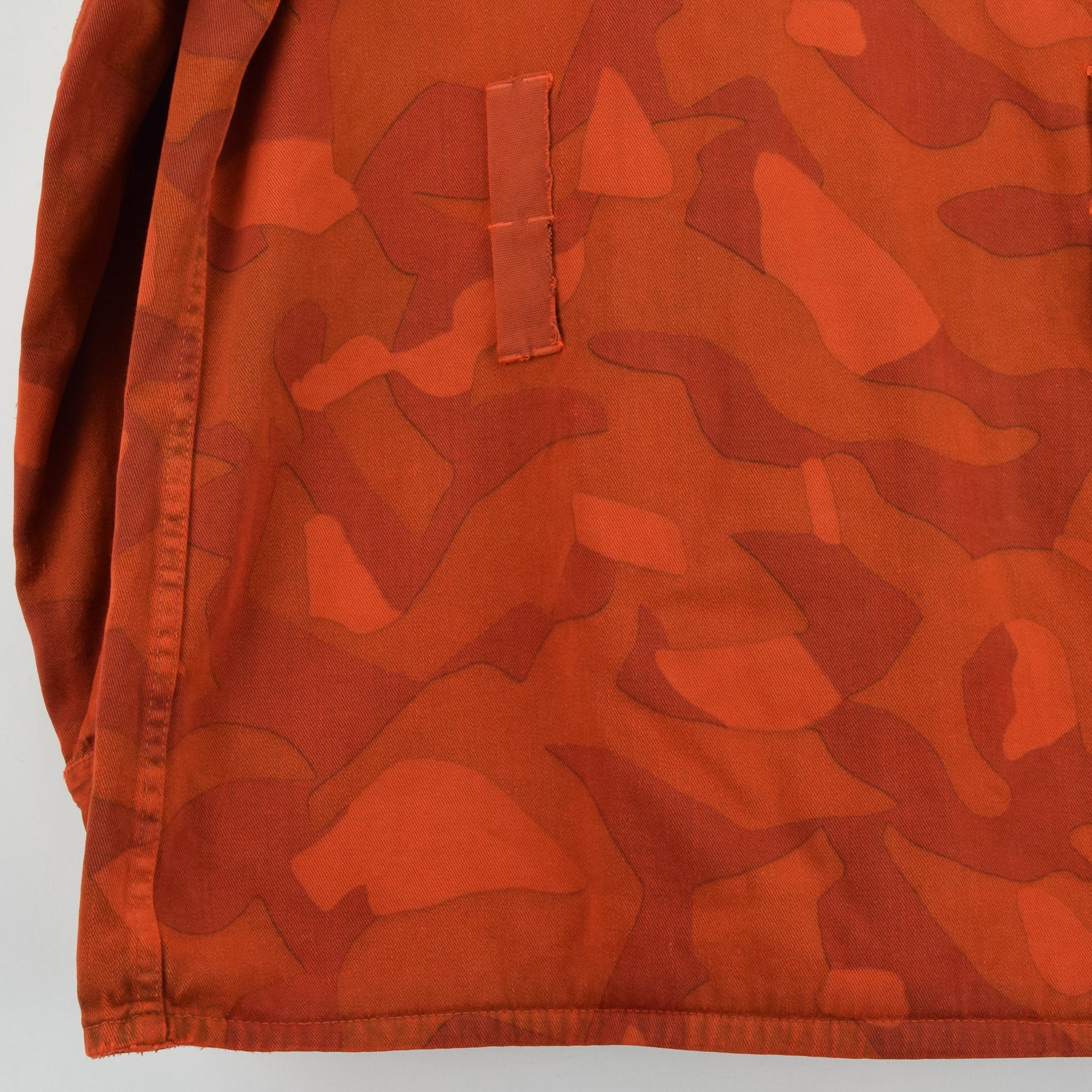 Vintage 70s Military Finnish Army Orange Overdyed Camo Mountain Field Jacket L back hem