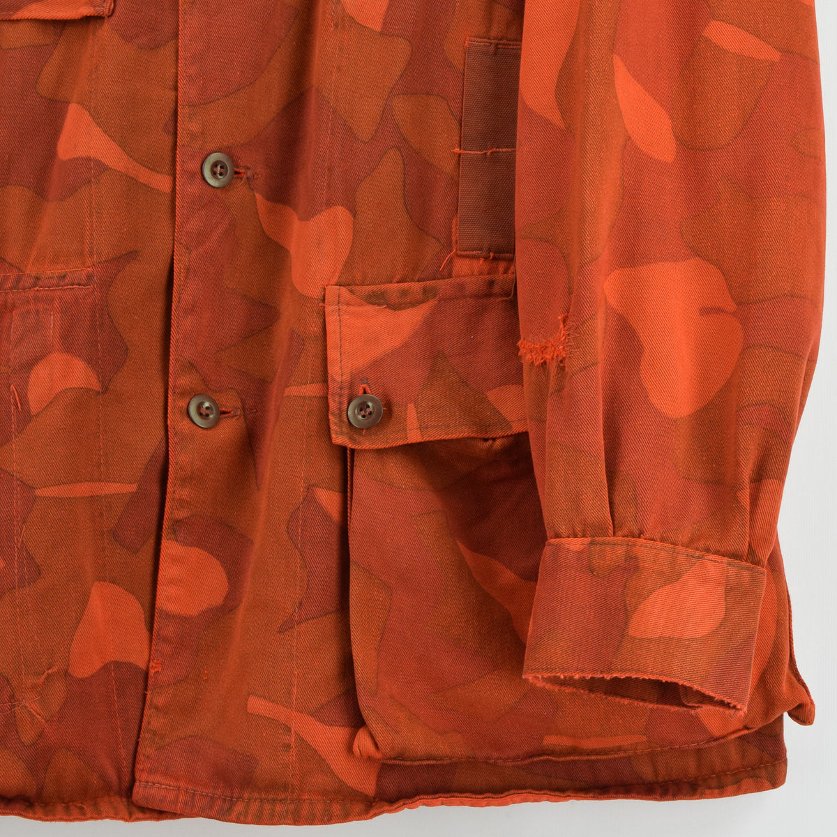 Vintage 70s Military Finnish Army Orange Overdyed Camo Mountain Field Jacket XL front hem