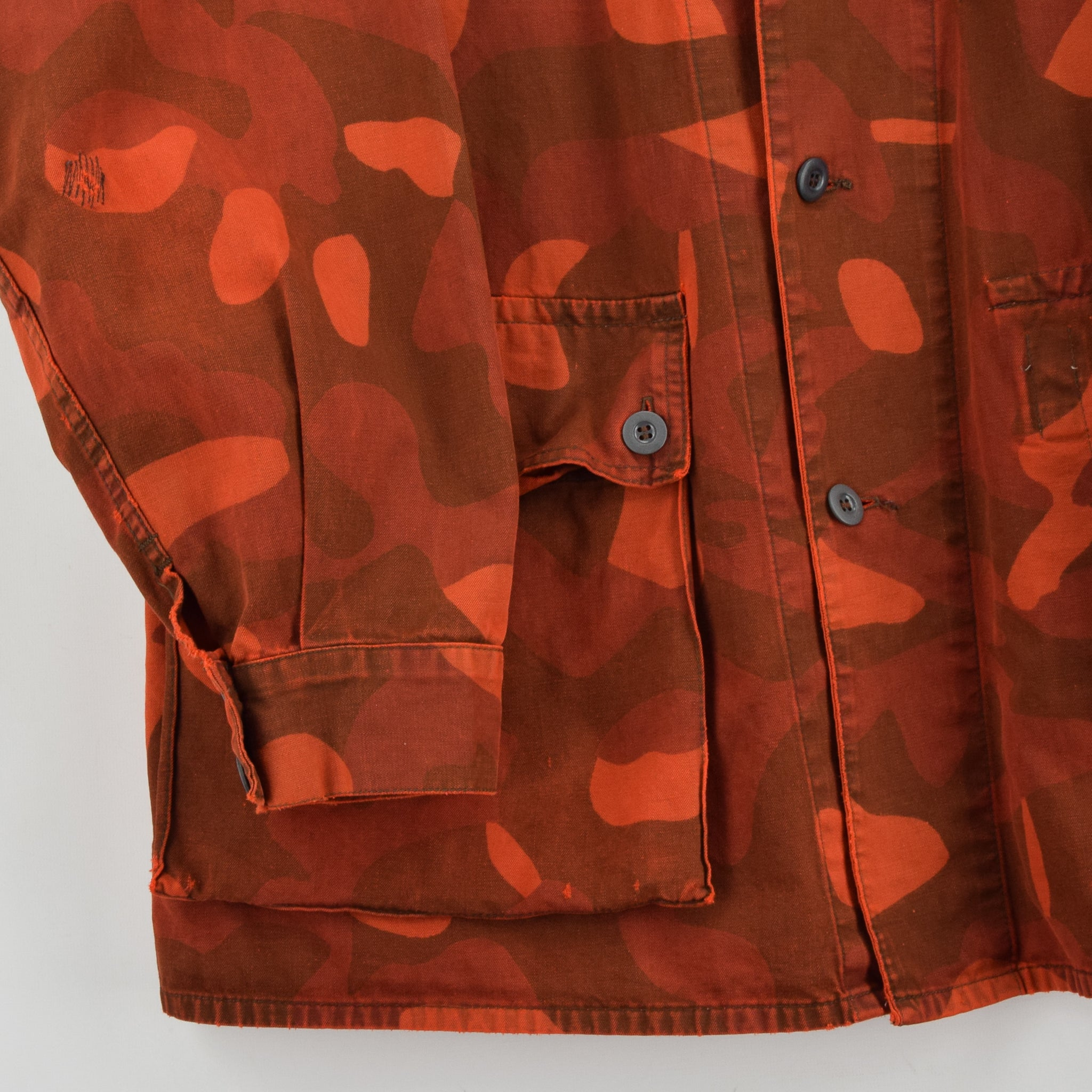 Vintage 80s Military Finnish Army Orange Overdyed Camo Mountain Field Jacket XL front hem