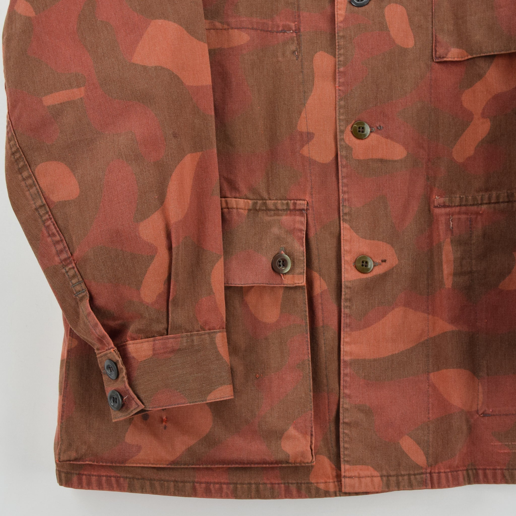 Vintage 80s Military Finnish Army Orange Overdyed Camo Mountain Field Jacket L front hem