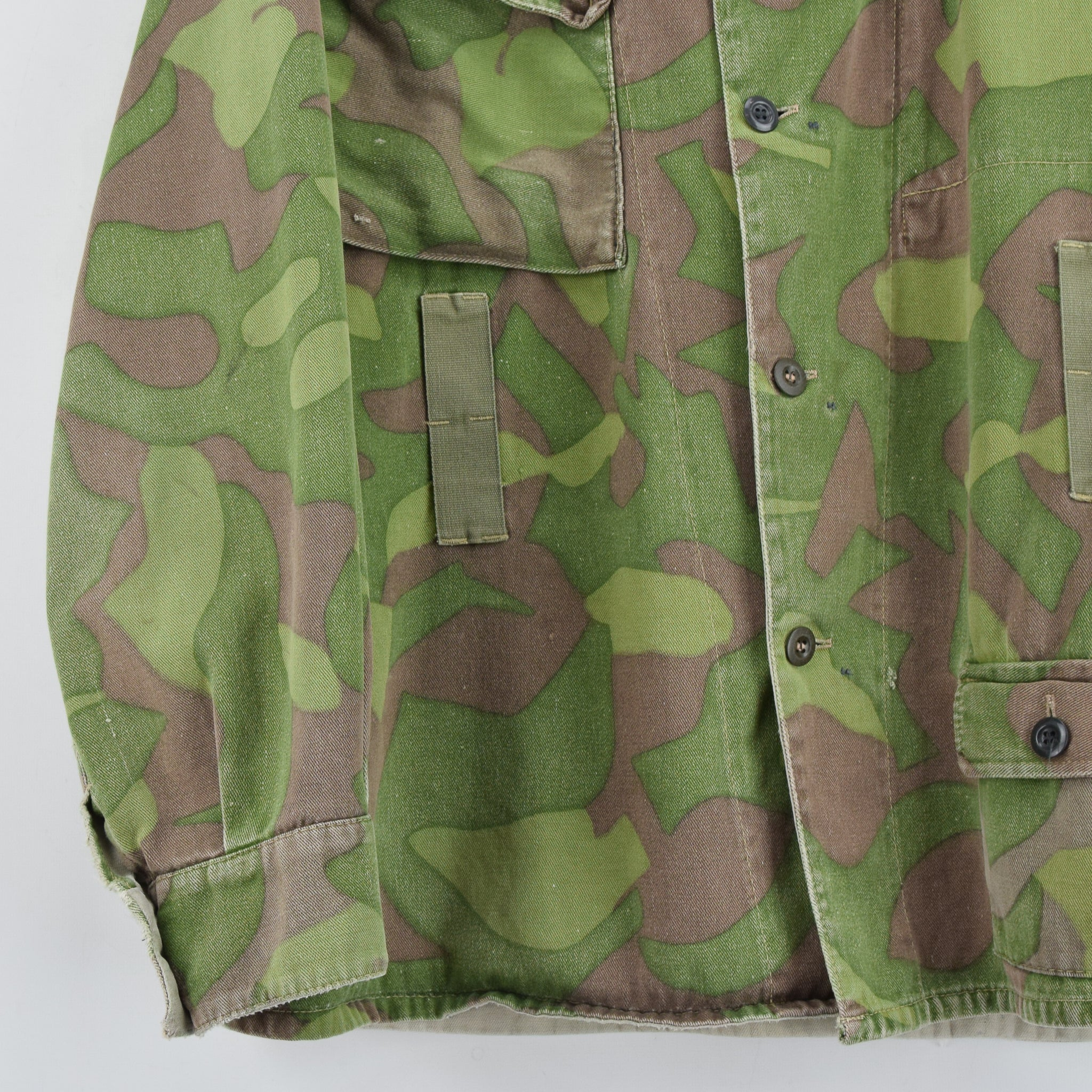 Vintage 60s Military Finnish Army Green Camo Mountain Field Jacket XL front hem