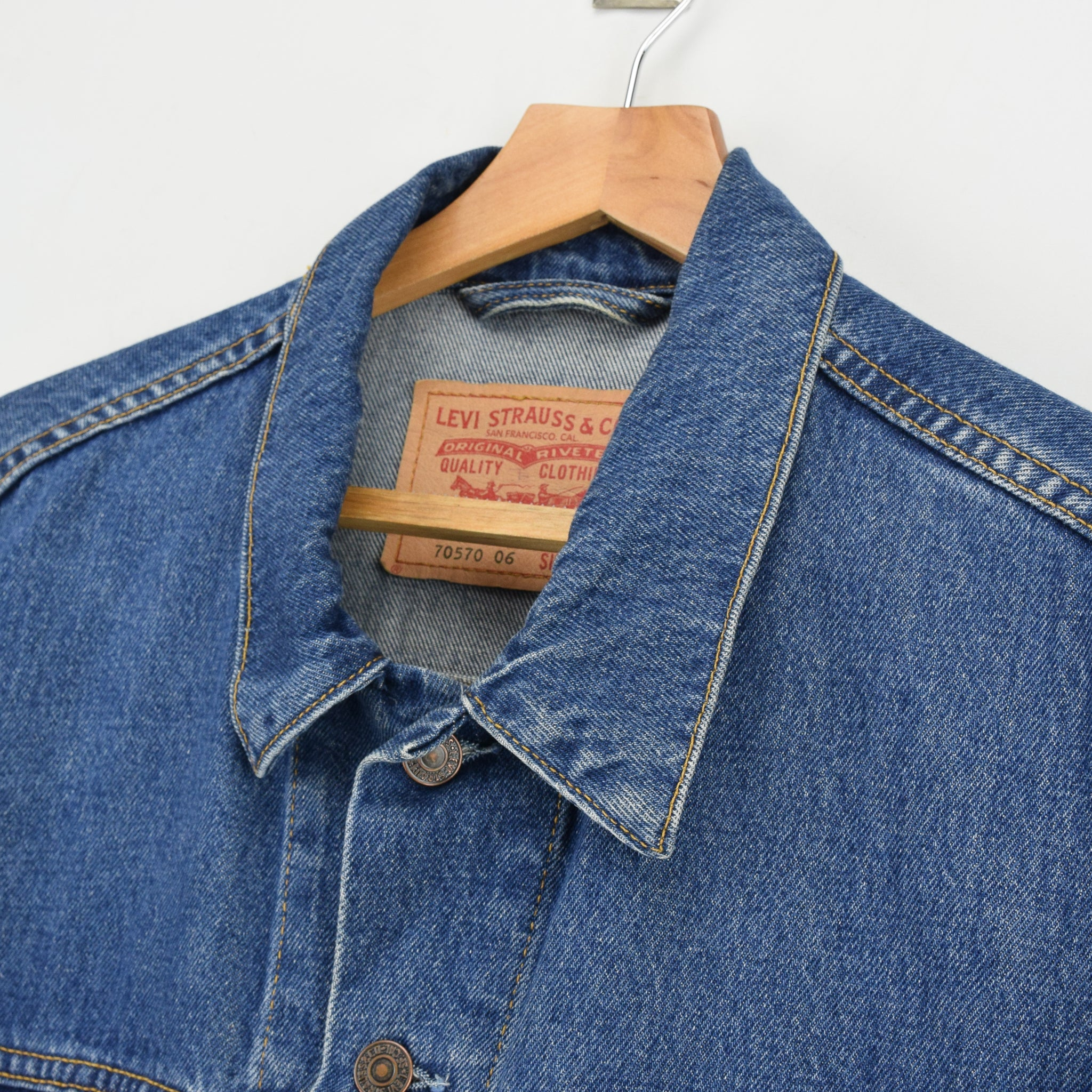 Vintage Levi Red Tab 70570 06 Washed Blue Denim Trucker Western Jacket XL collar