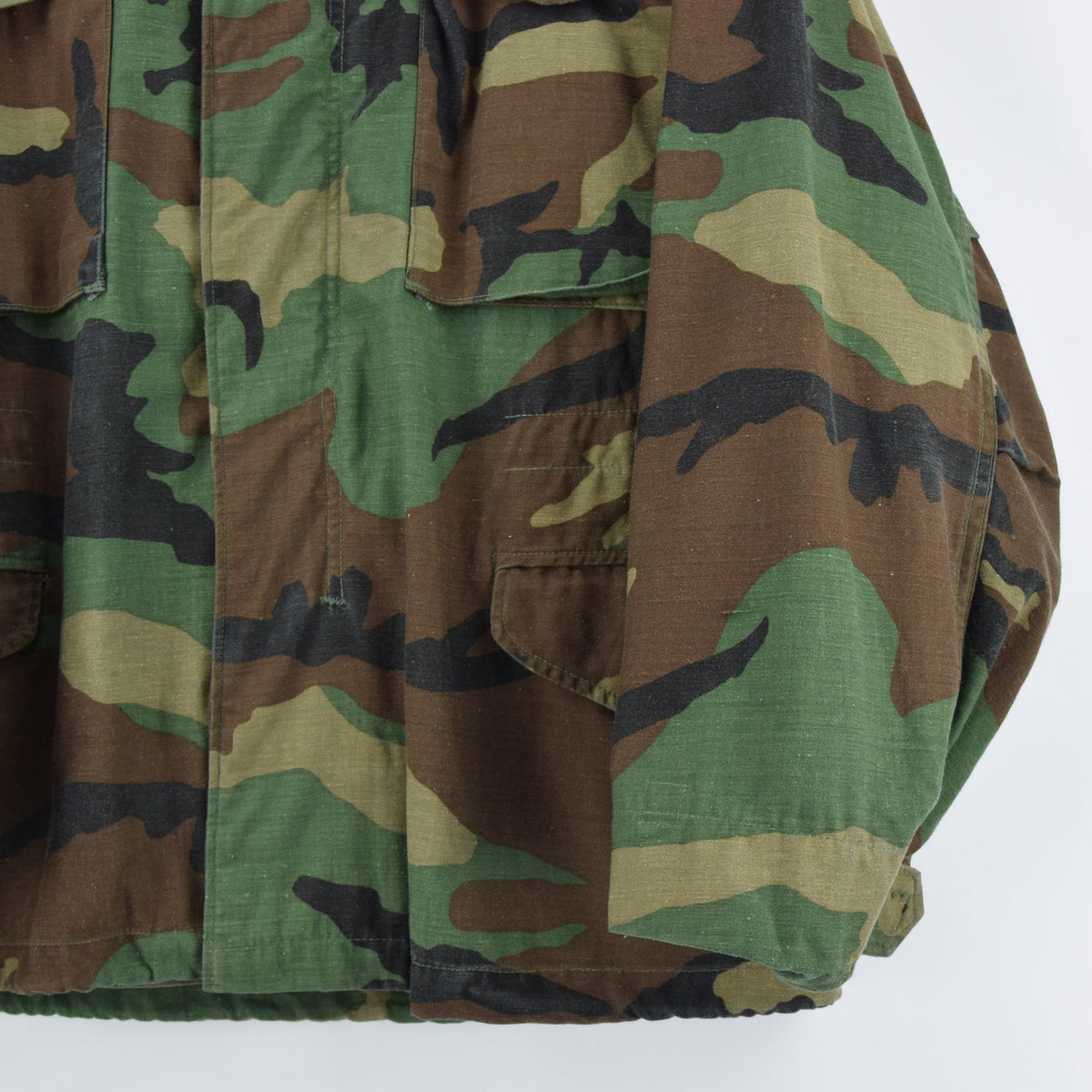 Vintage 80s M-65 Woodland Camouflage Field Coat Military US Air Force Jacket M front hem