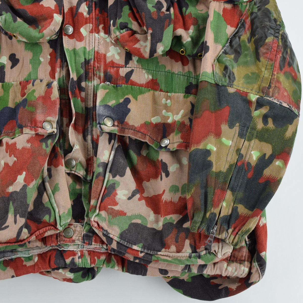 Vintage 70s Swiss Army Alpenflage Camo Swedish Sniper Combat Field Jacket S / M front hem