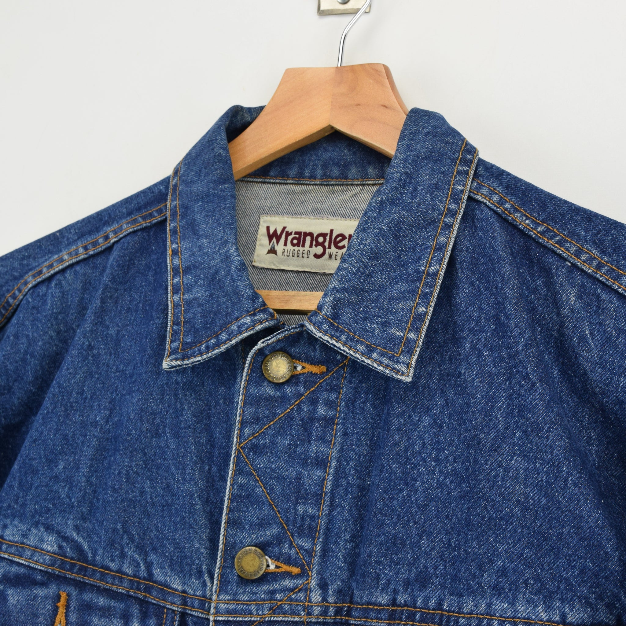 Vintage Wrangler Rugged Wear Washed Dark Blue Denim Trucker Style Jacket L collar