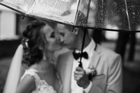 rainy wedding kiss
