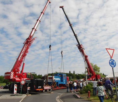 Joint cranes lifting the 14 ton loco