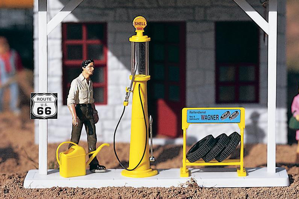 62284 Antique Gas Pump and Accessories (G-Scale)
