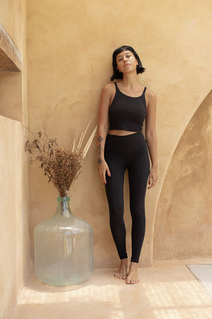 Load image into Gallery viewer, Woman standing, wearing Legging colour Black