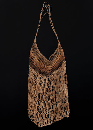 Vintage sedge grass dilly bag from Australia.   This bag employs a continuous loop to create the structure. The material used is dried sedge grass, dyed in various shades of brown.  In very good condition, signs of wear consistent with age. Very light and airy handle.