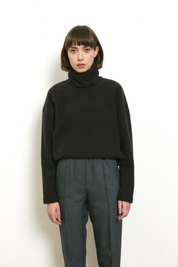 Soft and cozy turtleneck sweater in Black