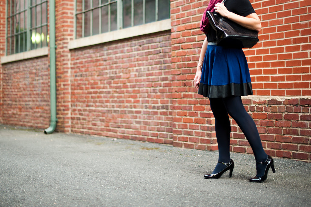 What Color Tights to Wear with a Navy Dress
