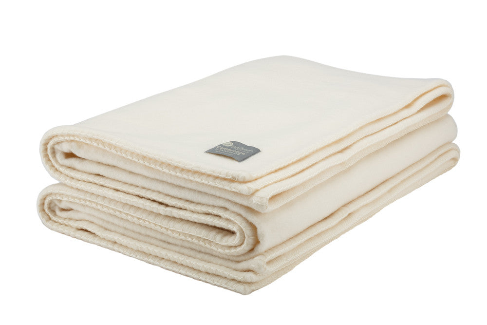 Luxury British wool Cambridge blankets. Made to the highest standards. Traditional woollen blankets and throws. In cream colour Deluxe and luxurious  merino wool blankets, travel rug and picnic blanket. Beautifully soft, warm and luxurious. Perfect wedding gift, Car blanket and travel rug.