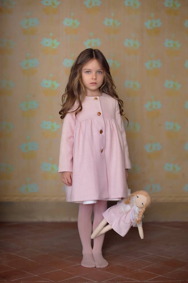 Stunning pink wool coat in a delicate pattern with side pockets. Ecru colour with pink dots lining fabric. Flared shape.