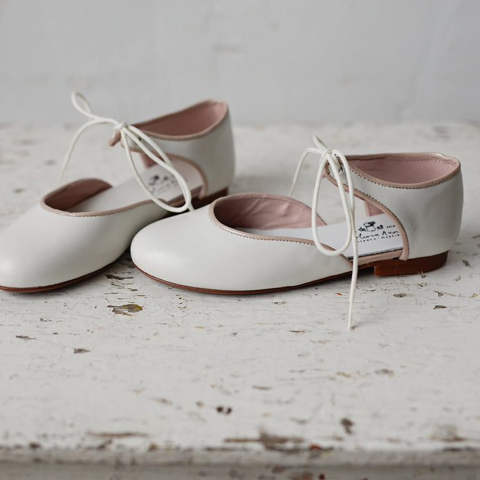 The sweetest and most beautiful leather Mary Jane shoes is a dreamy Ecru colour with tan leather details. Perfect shoe for special occasions ( wedding -flower girls, parties, special events) or why not for everyday wear! They will stand out! Girl shoes. Made in Spain. Wholesale.
