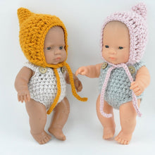 This cosy, textured pixie bonnet is hand knitted in Europe, specially designed for the 21 cm dolls, but can fit dolls around 21 - 30cm ( 8 - 11 inch) Baby Miniland or similar.