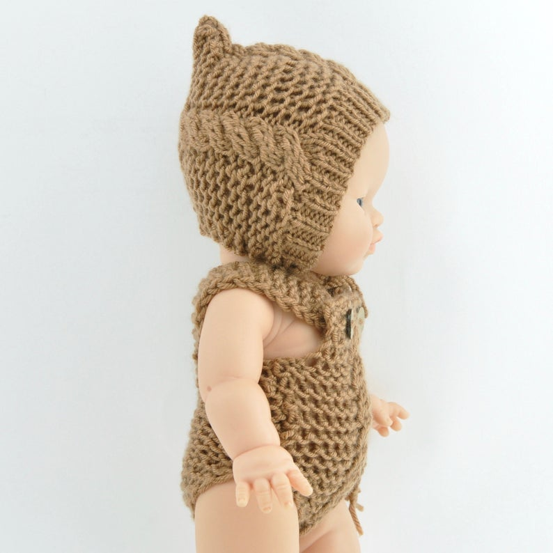 This cosy, textured doll romper is hand knitted in Europe, specially designed for the 38 cm dolls, but can fit dolls around 34 - 40 cm (13 - 15 inch) Miniland, Minikane, Paola Reina Gordis etc, has beautiful details with a middle line cable knit