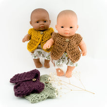 This cosy, textured doll vest is hand knitted in Europe, specially designed for the 21 cm dolls, but can fit dolls around 21 - 32 cm (8 - 12 inch) Miniland, Minikane, Paola Reina Gordis etc, has beautiful details and presents a wooden button at the front to facilitate dressing the doll, just adorable!4