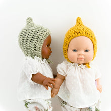This cosy, textured pixie bonnet is hand knitted in Europe, specially designed for the 38 cm dolls, but can fit dolls around 34 - 40cm (13 - 15 inch) Miniland, Minikane, Paola Reina Gordis etc.