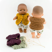 This cosy, textured doll vest is hand knitted in Europe, specially designed for the 21 cm dolls, but can fit dolls around 21 - 32 cm (8 - 12 inch) Miniland, Minikane, Paola Reina Gordis etc, has beautiful details and presents a wooden button at the front to facilitate dressing the doll, just adorable!