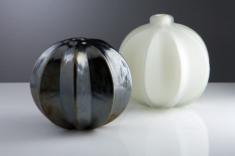 Ribbed vase in black or white