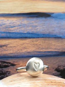 Pebble and heart ring silver