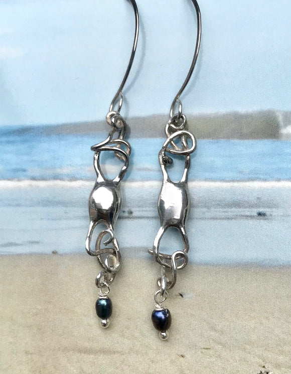 Mermaid's purse silver earrings with black pearl