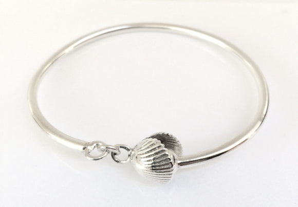Silver cockle shell clasp bangle