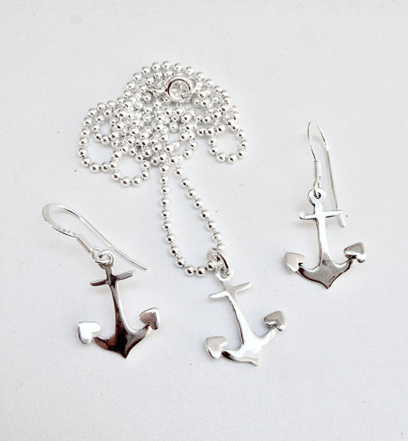 Anchor heart tipped flukes necklace