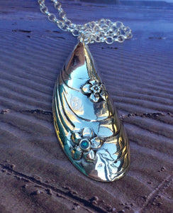 mussel shell necklace with flowers
