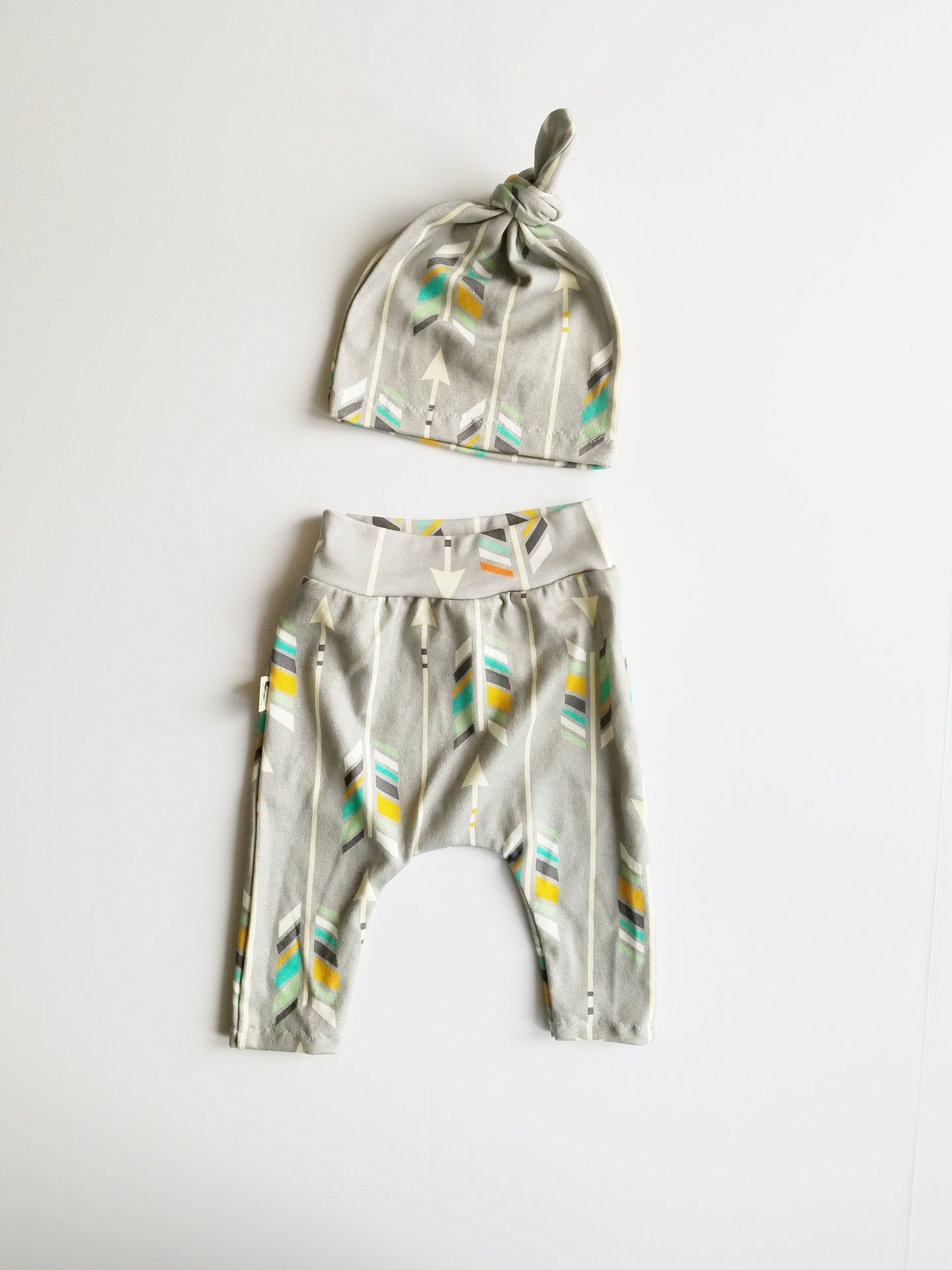 NEWBORN LEGGING + HAT SET - GRAY ARROWS