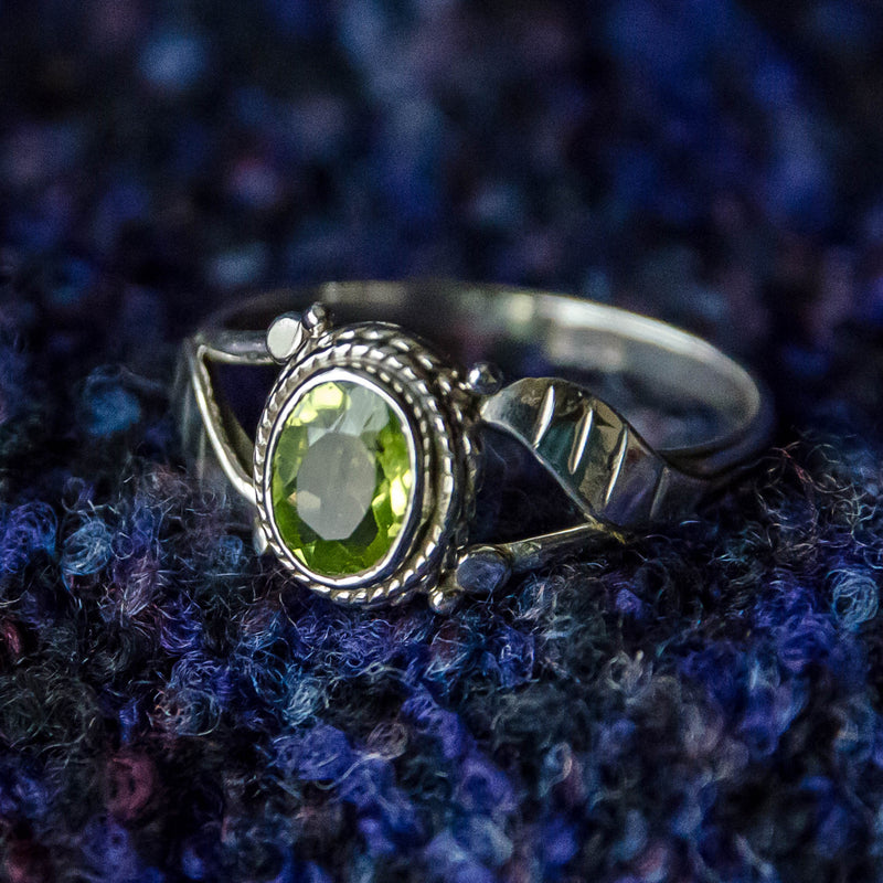 Simple Leaf Ring - Silver - Green Peridot - Ekeko Crafts