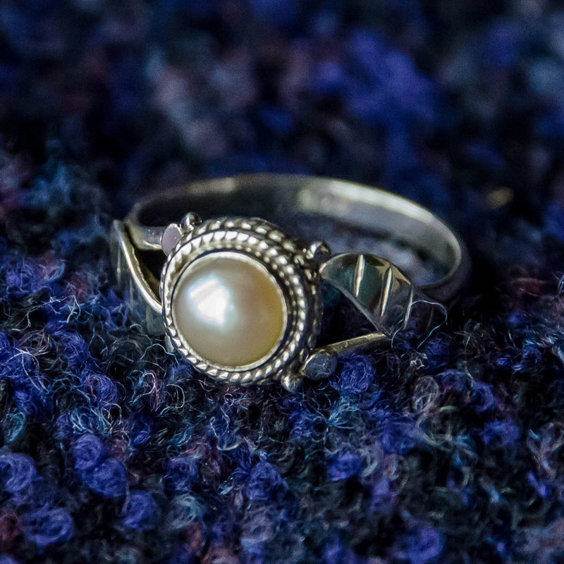 Simple Leaf Ring - Silver - Pearl - Ekeko Crafts