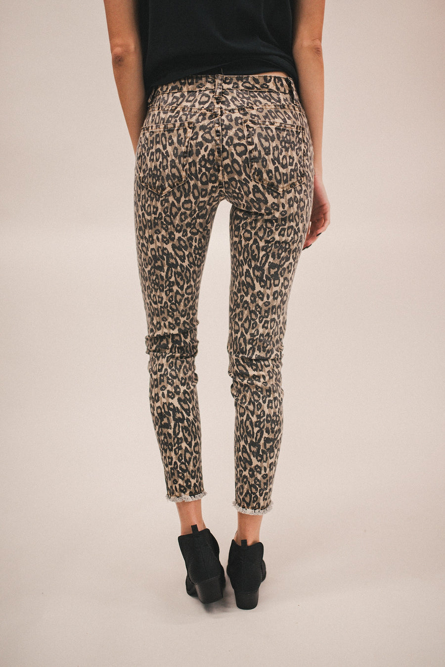 FEELING FIERCE LEOPARD PRINTED JEANS