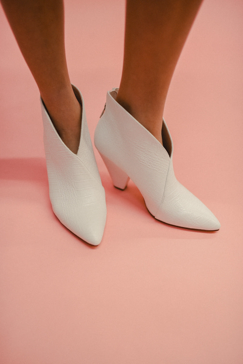 CHINESE LAUNDRY: RUDIE BOOTIE-WHITE REPTILE