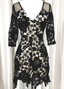 BOUTIQUE SHORT LACE OVERLAY DRESS SIZE M