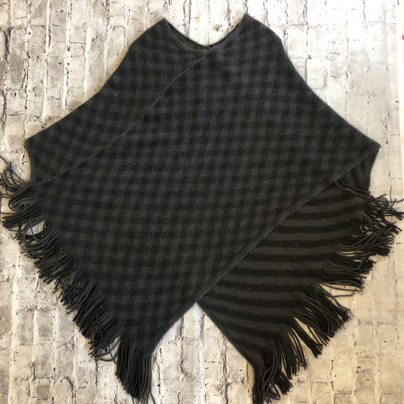 BOUTIQUE SWEATER CHECKERED PONCHO SIZE OS