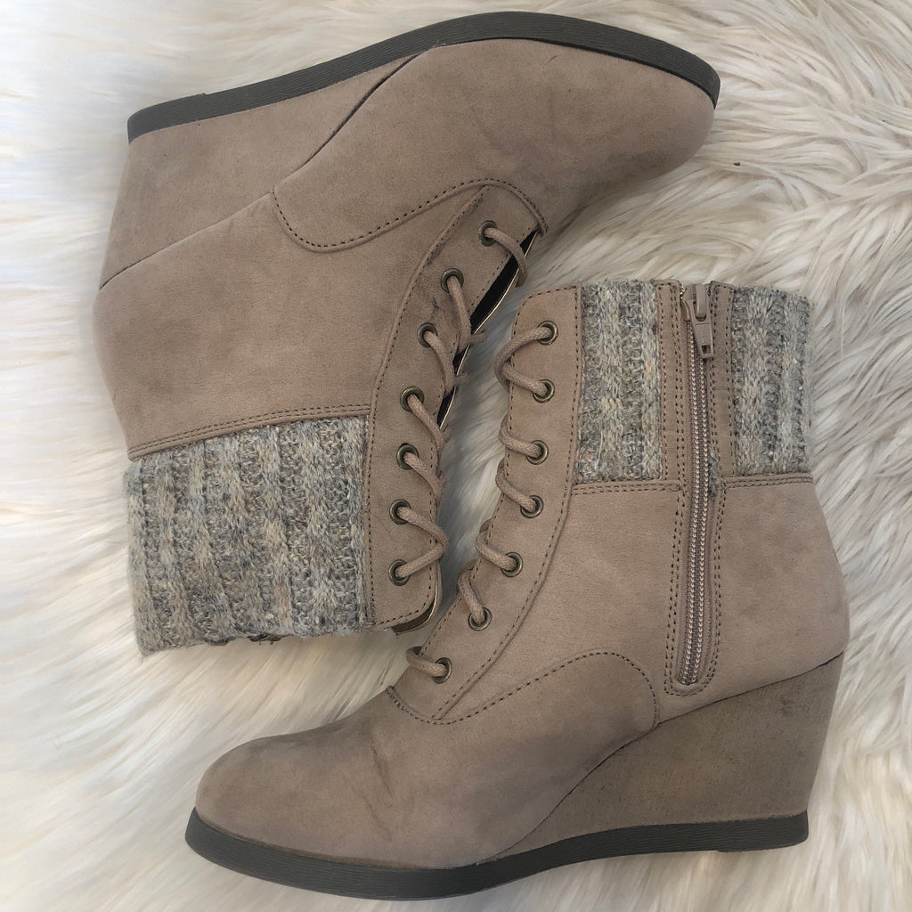 BOUTIQUE NWOT SIZE 8 WEDGED BOOTIES