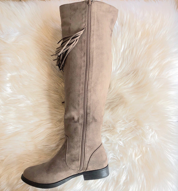 BOUTIQUE KNEE HIGH FRINGE BOOTS SIZE 7